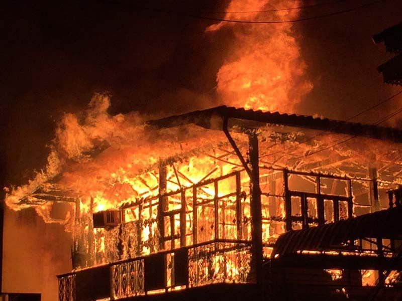 ในประเทศ - ไฟไหม้ตึกแถว7คูหา ใจกลางแม่ฮ่องสอน วอดบ้าน'สส.พปชร.'